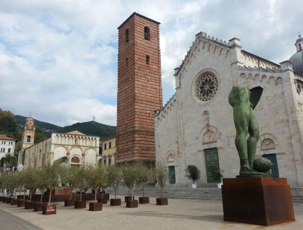 """Die Piazza Duomo mit dem Dom San Martino und dem Glockenturm. Rechts im Vordergrund Igor Mitorajs """"Gambe Alate""""."""