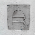 Auf dem Bild sieht man ein Türchen, das sich nach außen öffnen lässt.