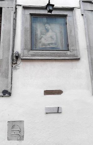Auf dem Bild zu sehen ist eine Madonna mit Kind aus der Schule des Rossellino. Darüber hängt eine Laterne, die  durch das Wartungsfensterchen am unteren Bildrand links bedient wird.