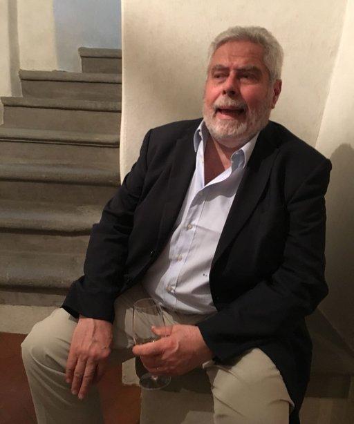 Marchese Bernardo Gondi sitzt mit einem Glas Wein in der Hand auf einem Mäuerchen und erzählt von seinen Kindheitserinnerungen.