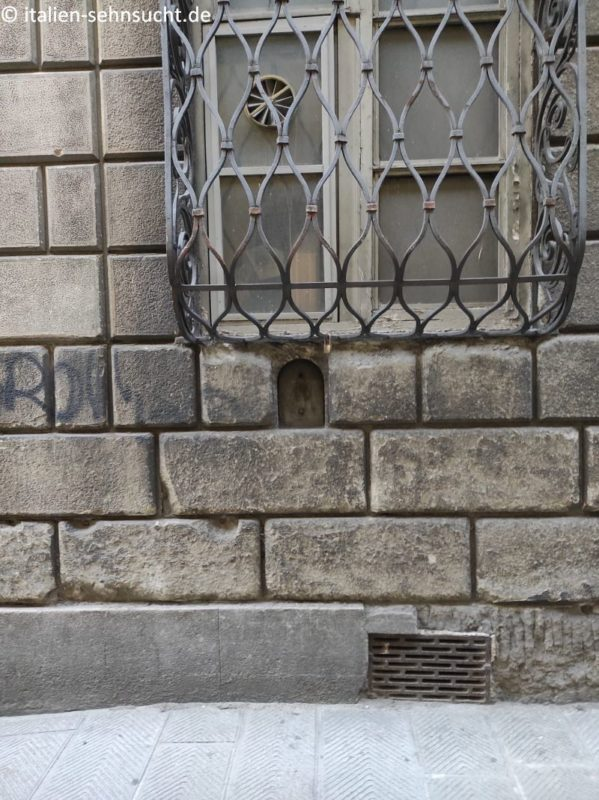 Das Weinfenster in der Via Santa Monaca, das vermutlich einst zur Cantina Mangani gehörte.