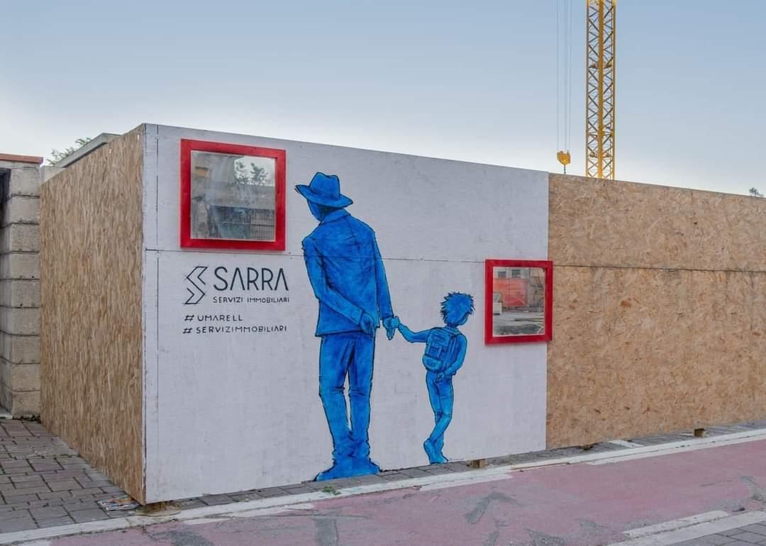 Eine Baustelle von Sarra Immobilien. Eingezäunt von einer Wand mit Fenster und einem blau gezeichneten Umarell mit Enkel, die die Bauarbeiten durch das Fenster beobachteen.